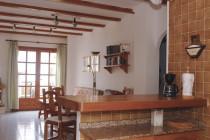 Der Wohnbereich mit Esstisch und Kamin